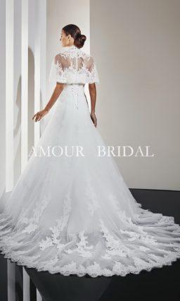 Свадебное платье с длинным шлейфом и ажурным болеро.