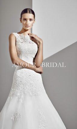 Открытое свадебное платье с кружевной отделкой и длинным шлейфом.