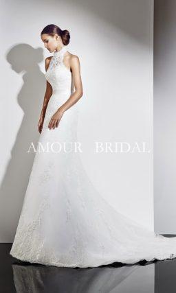 Свадебное платье с воротником-стойкой из плотного кружева.