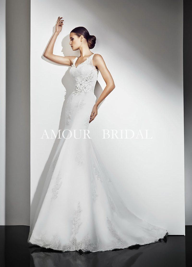 Свадебное платье силуэта «русалка» с декором из кружева и объемных аппликаций.