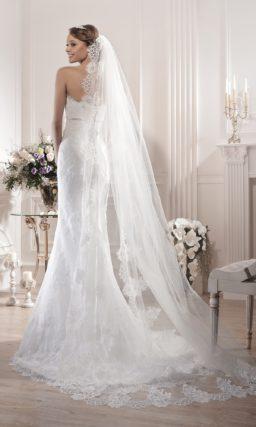 Открытое свадебное платье «рыбка» с узким атласным поясом сразу под лифом.