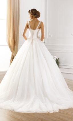 Пышное свадебное платье с симметричными ажурными бретельками.