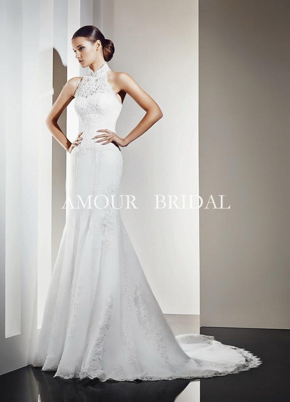 Кружевное свадебное платье с прямым силуэтом и ажурным воротником-стойкой.