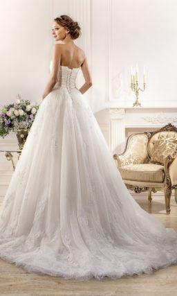 Открытое свадебное платье силуэта «принцесса» с драпировками на корсете.