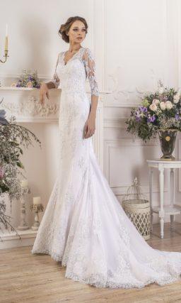Свадебное платье силуэта «рыбка» с длинным шлейфом и широким цветным поясом из атласа.