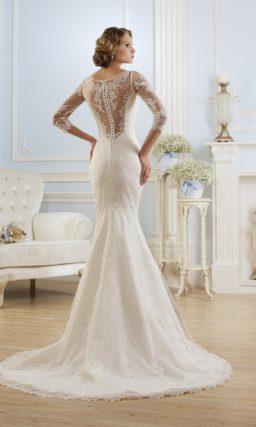 Свадебное платье силуэта «рыбка» с ажурной спинкой и V-образным вырезом.