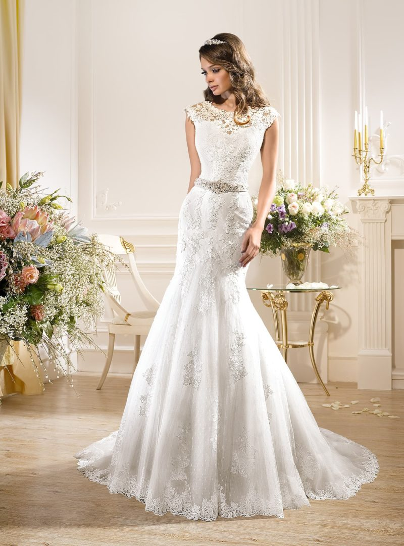 Свадебное платье силуэта «рыбка» с ажурным V-образным вырезом.