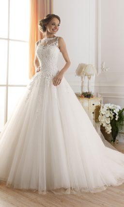 Пышное свадебное платье с корсетом, украшенным плотным кружевом.