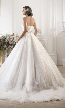 Пышное свадебное платье с кружевным корсетом и широким цветным поясом.