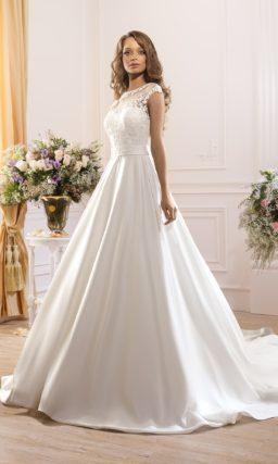 Закрытое свадебное платье с атласной юбкой с длинным шлейфом.