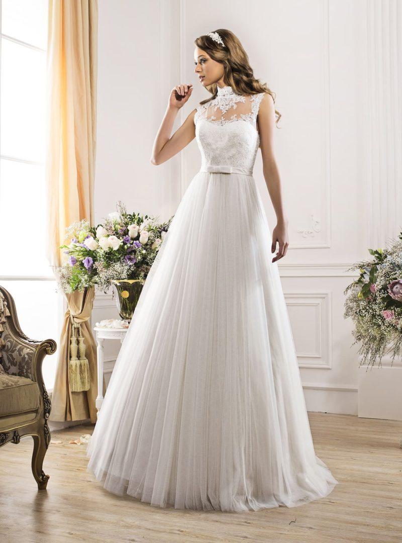 Закрытое свадебное платье с кружевным верхом и плиссировкой на юбке.
