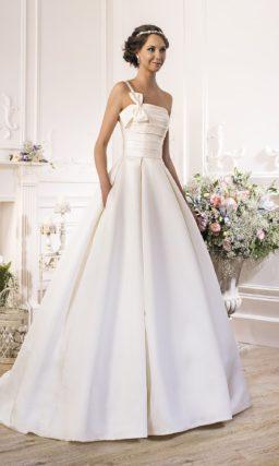 Открытое атласное свадебное платье с пышным силуэтом и асимметричной бретелькой над лифом.