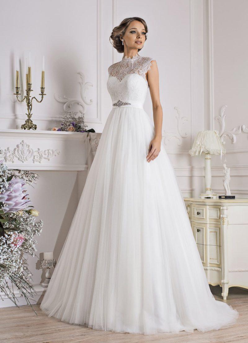 Свадебное платье с ажурной вставкой над лифом и атласным поясом.