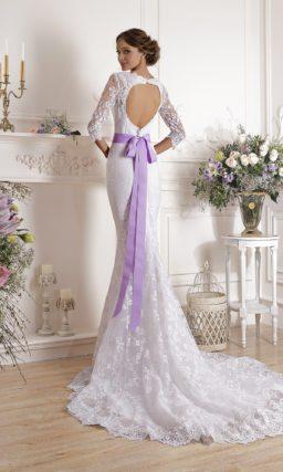 Прямое свадебное платье с длинными рукавами и ажурным вырезом на спинке.