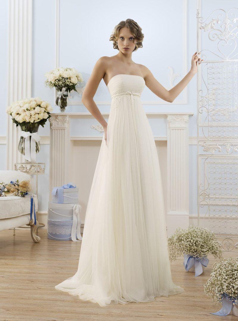 Открытое свадебное платье в ампирном стиле с кружевной отделкой завышенной талии.