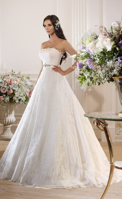 Пышное свадебное платье с открытым корсетом и широким атласным поясом с вышивкой.