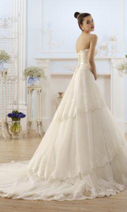 Открытое свадебное платье с кружевной многослойной юбкой.