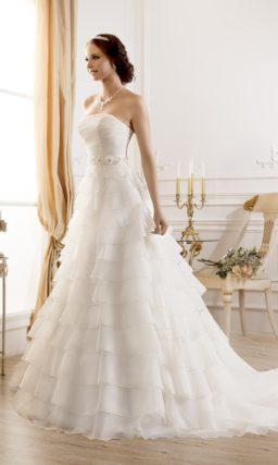 Свадебное платье с оборками по всей длине подола.