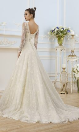 Элегантное свадебное платье с V-образным декольте.