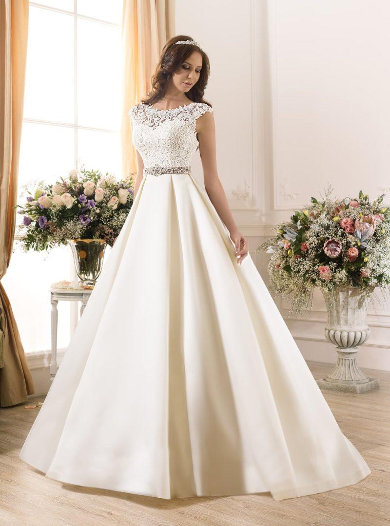 Атласное свадебное платье с кружевным верхом и цветным поясом.