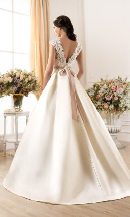 Атласное свадебное платье силуэта «принцесса» с кружевным верхом и цветным поясом.
