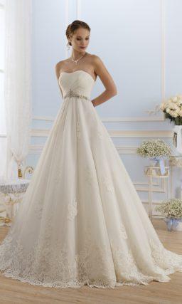 Открытое свадебное платье с драпировками на лифе.