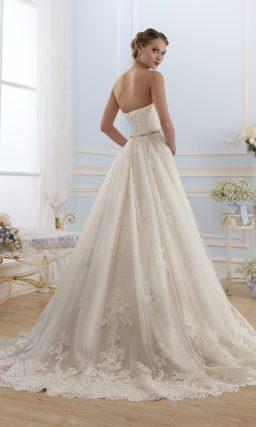 Открытое свадебное платье силуэта «принцесса» с драпировками на лифе.