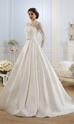 Атласное свадебное платье с высоким воротником и длинными рукавами.