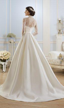Атласное свадебное платье силуэта «принцесса» с высоким воротником и длинными рукавами.