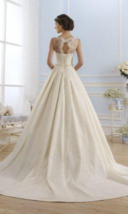 Кружевное свадебное платье с пышным силуэтом и вырезом бато.