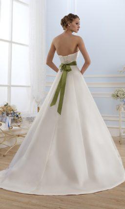 Открытое атласное свадебное платье с широким зеленым поясом.