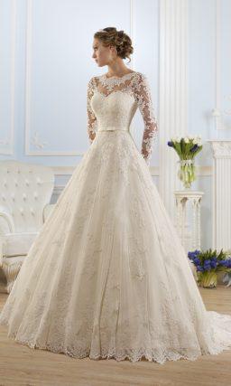 Кружевное свадебное платье силуэта «принцесса» с ажурным вырезом на спинке.