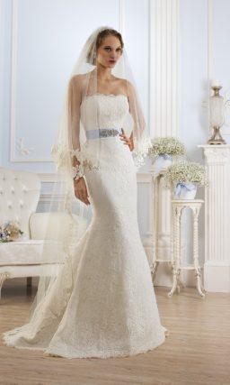 Открытое свадебное платье с верхней юбкой пышного кроя, преображающей силуэт.