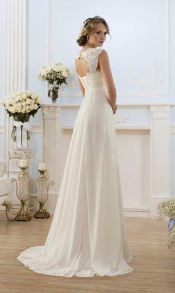 Свадебное платье с ампирным силуэтом и широкими кружевными бретелями.