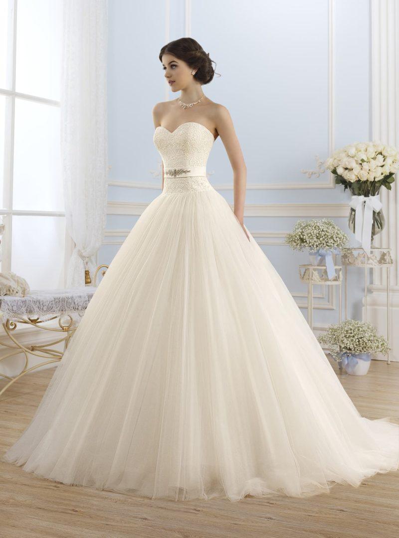 Пышное свадебное платье с открытым кружевным корсетом и атласным поясом.