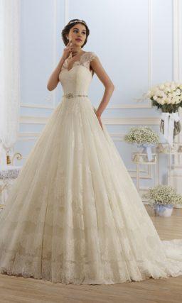 Кружевное свадебное платье пышного силуэта и цвета слоновой кости со сверкающим поясом.