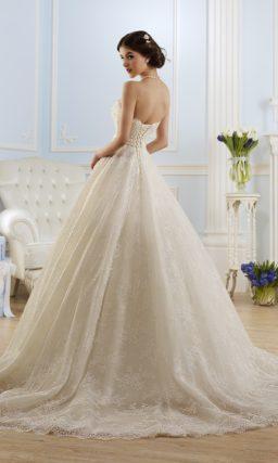 Открытое свадебное платье с пышным силуэтом и элегантным атласным поясом.