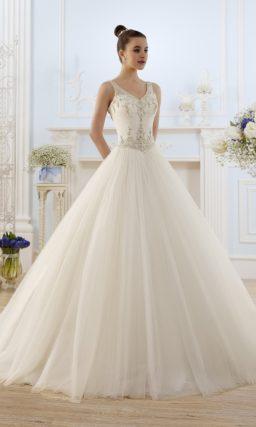 Свадебное платье с силуэтом «принцесса» и бисерной отделкой корсета.