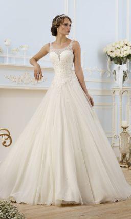 Свадебное платье силуэта «принцесса» с глубоким декольте и полупрозрачной отделкой лифа.