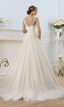 Свадебное платье с глубоким декольте и полупрозрачной отделкой лифа.