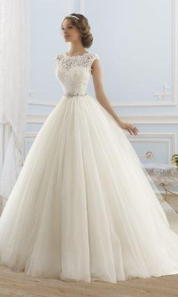 Пышное свадебное платье с верхом из плотного кружева и расшитым бисером поясом.