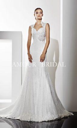 Свадебное платье прямого силуэта с роскошным длинным шлейфом и воротником-стойкой.