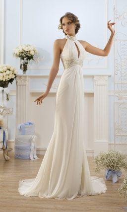 Свадебное платье прямого силуэта с необычным вырезом на лифе и высоким воротником.