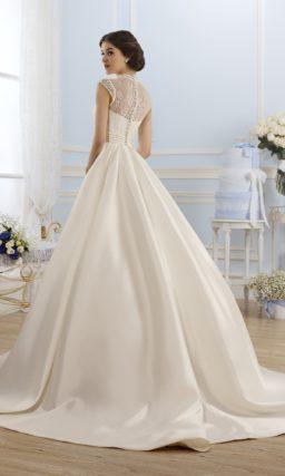Пышное свадебное платье с широким атласным поясом и ажурным воротником-стойкой.