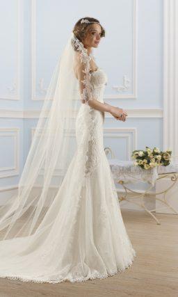 Открытое свадебное платье силуэта «рыбка» с атласным поясом под лифом.