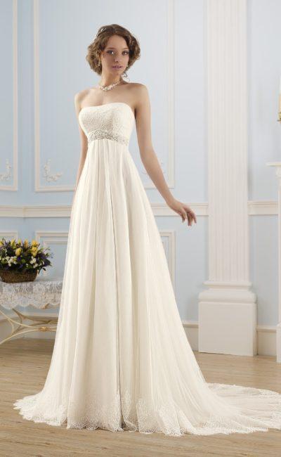 Свадебное платье ампирного силуэта с прямым лифом, украшенным кружевом.
