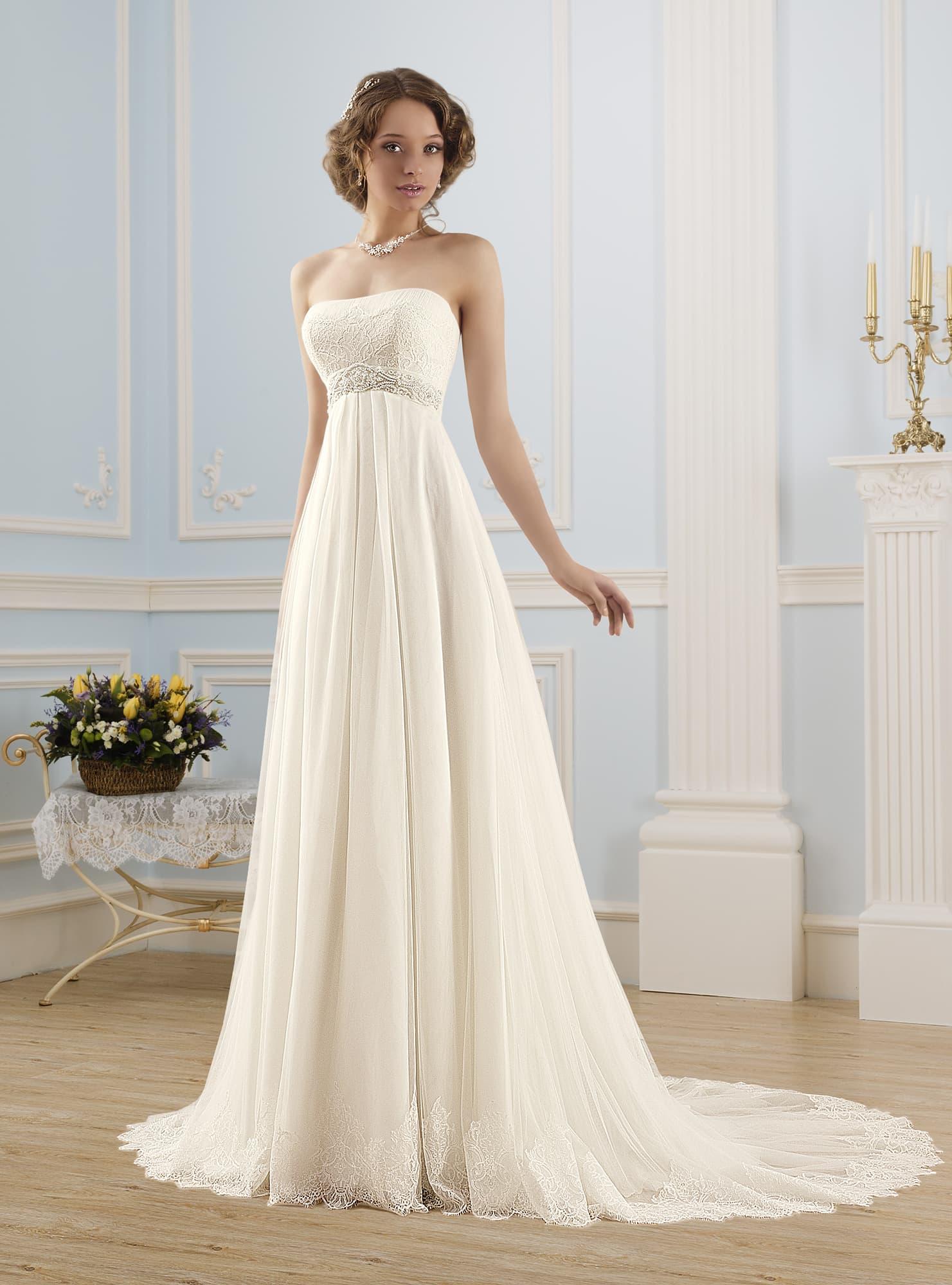 86ac40195577c1d Свадебное платье ампирного силуэта с прямым лифом, украшенным кружевом.