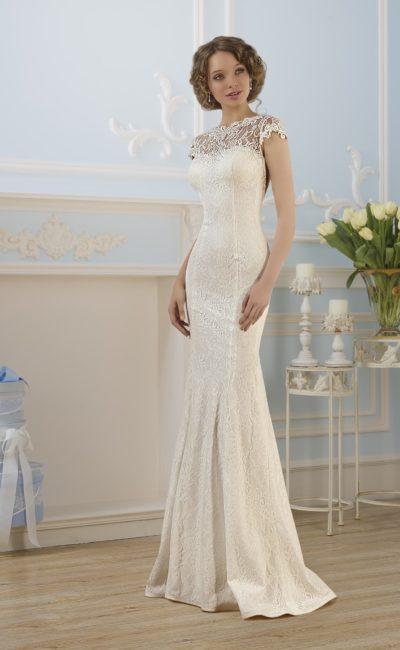 Свадебное платье с силуэтом «рыбка», кружевным лифом и округлым вырезом сзади.