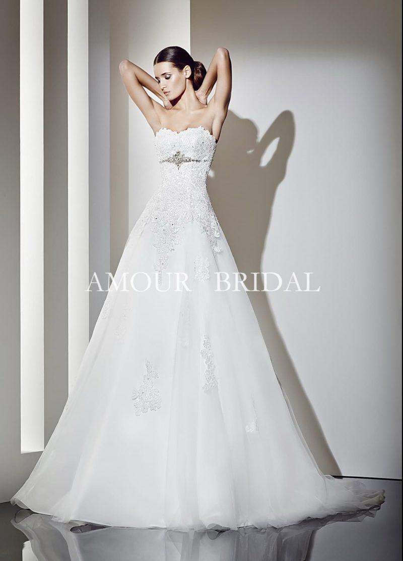 Открытое свадебное платье с кружевным лифом и длинным шлейфом.