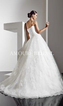 Открытое свадебное платье с пышным силуэтом и кружевной отделкой юбки.